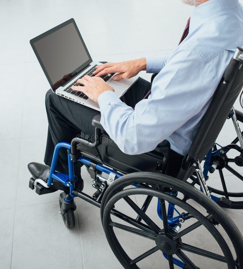 Zakenman in rolstoel stock foto