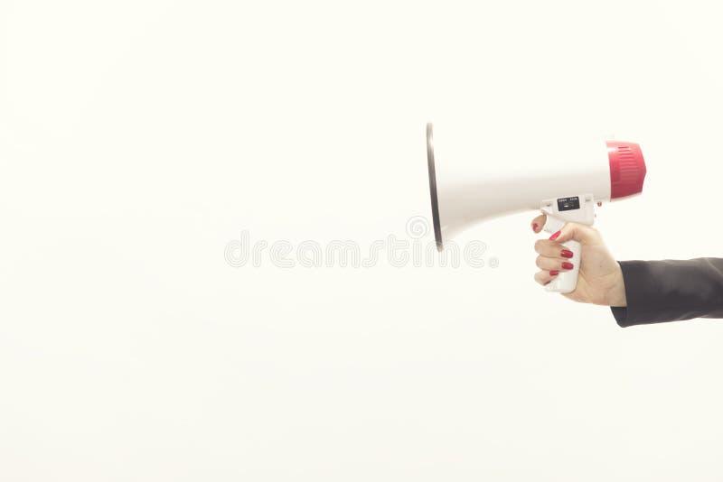 Zakenman` s hand die een megafoon houden die op witte backgro wordt geïsoleerd stock fotografie