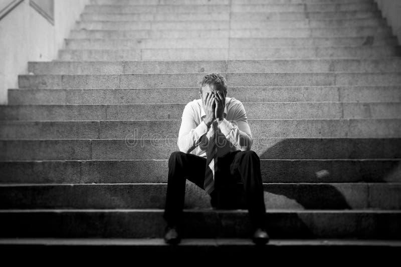 Zakenman schreeuwen verloren in depressiezitting op straat concrete treden royalty-vrije stock afbeelding
