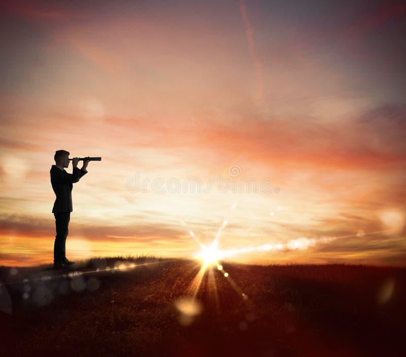 Zakenman searchs voor nieuwe horizon, nieuwe bedrijfskansen royalty-vrije stock foto's