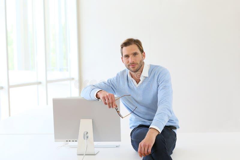 Zakenman Sitting On Desk stock afbeeldingen