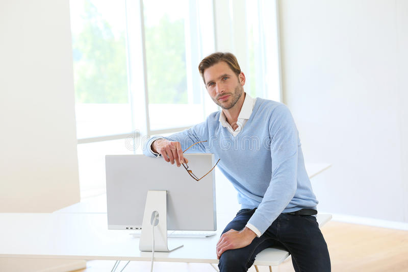 Zakenman Sitting On Desk royalty-vrije stock fotografie