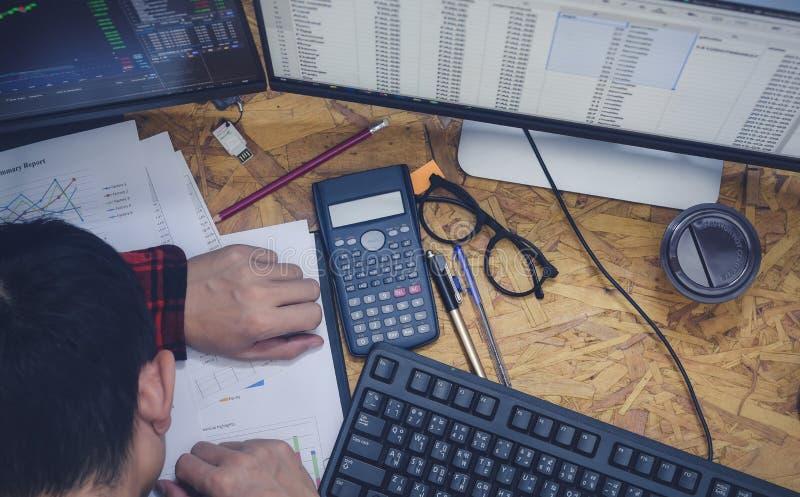 Zakenman in slaap op bureau op kantoor terwijl zaken maak documentoverwerk melden werkend laat bij nacht royalty-vrije stock fotografie