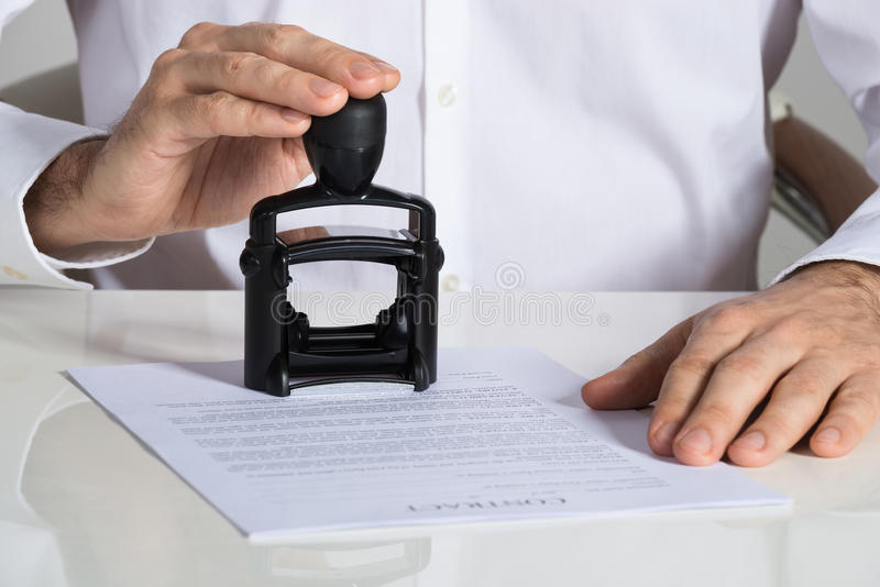 Zakenman Stamping Contract Document stock foto