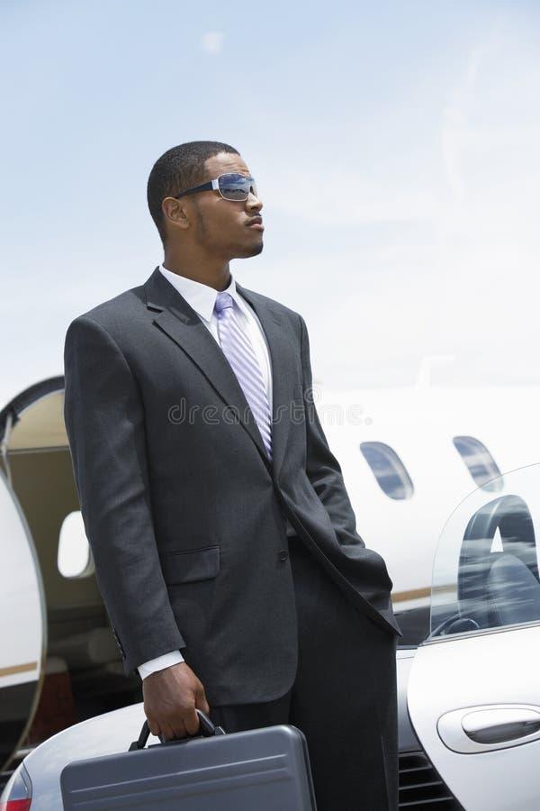 Zakenman Standing With Attitude bij Vliegveld stock afbeeldingen