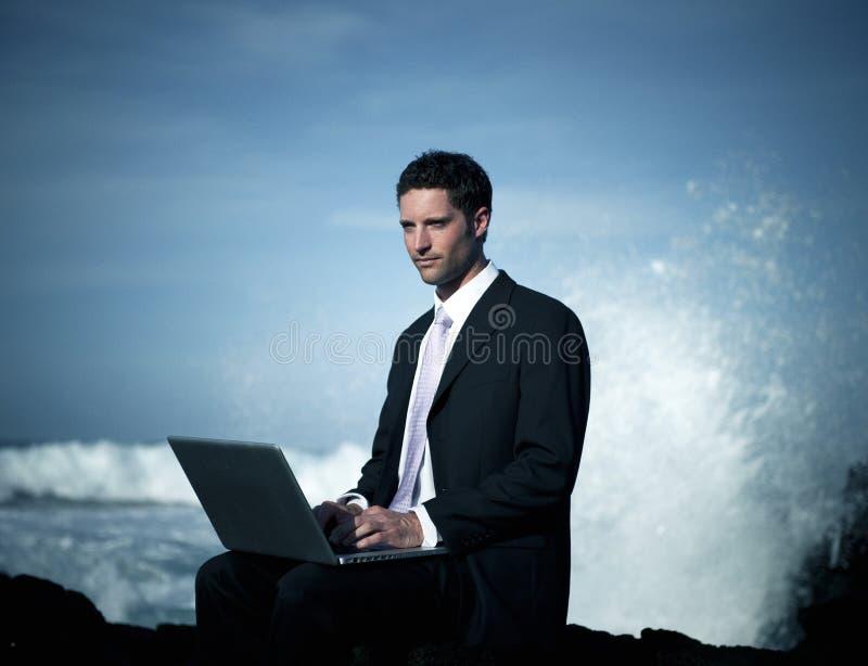 Zakenman Staying Alone op het Strand royalty-vrije stock fotografie