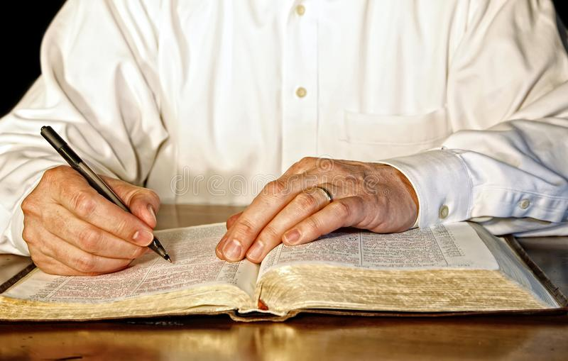 Zakenman Studying de Bijbel stock foto's