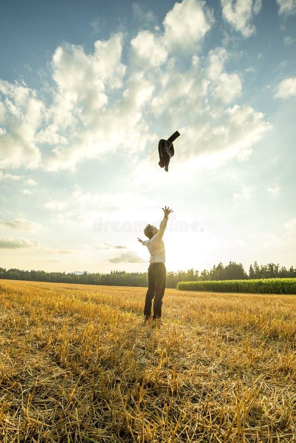 Zakenman Throwing Coat in de Lucht bij het Gebied royalty-vrije stock fotografie