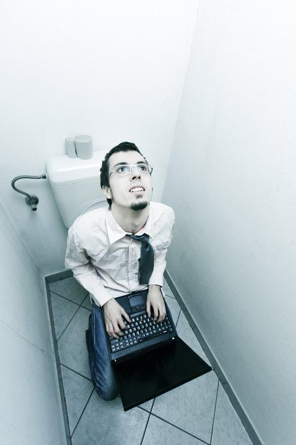 Zakenman in toilet stock afbeelding