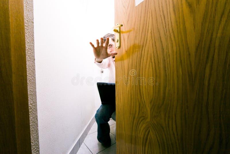 Zakenman in toilet stock foto