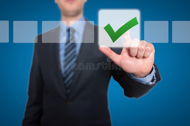 Zakenman Touching Button en Groene Tikkende Controledoos stock afbeelding