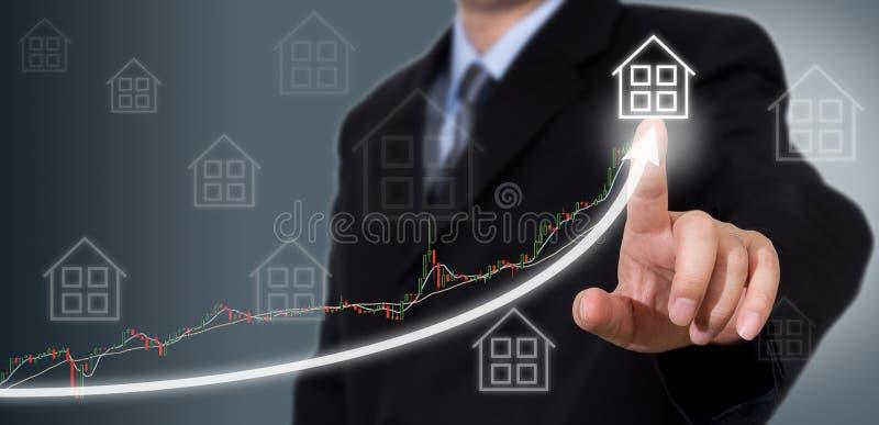Zakenman Touching een Grafiek die op de Groei wijst stock foto's