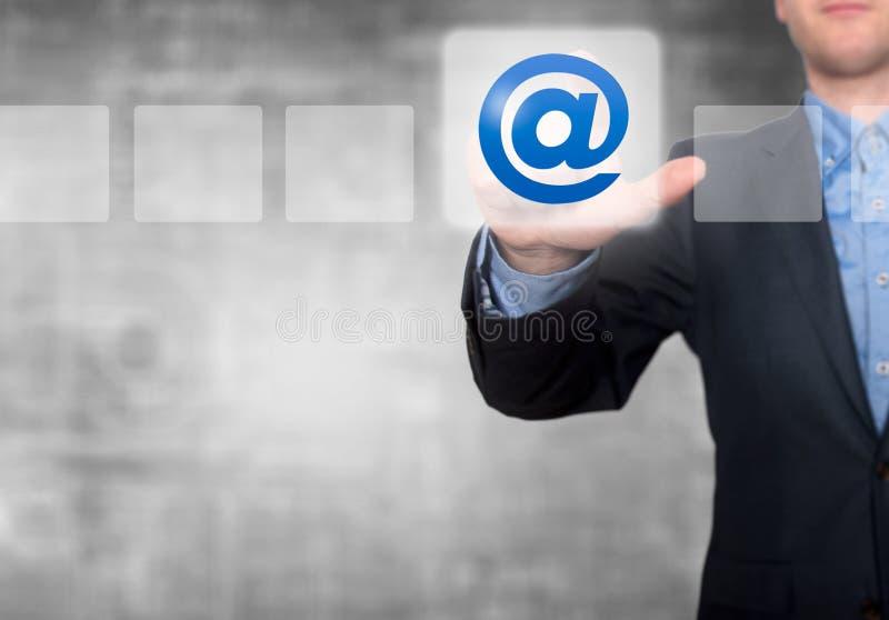 Zakenman Touching Email Button en Tikkende Controledoos royalty-vrije stock foto