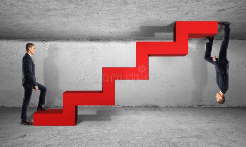 Zakenman twee beklimt één rode ladder van verschillende kanten royalty-vrije stock foto