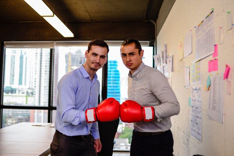 Zakenman twee met bokshandschoenen dient het bureau in royalty-vrije stock afbeelding