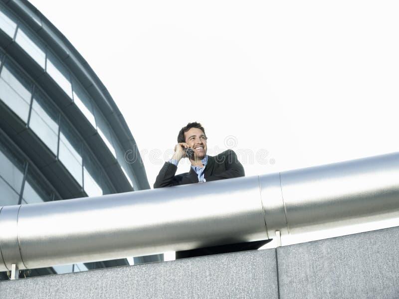 Zakenman Using Cell Phone buiten de Bureaubouw royalty-vrije stock afbeeldingen