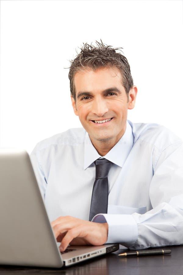 Zakenman Using Laptop op het Werk royalty-vrije stock afbeelding