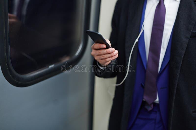 Zakenman Using Smartphone in Metro royalty-vrije stock foto