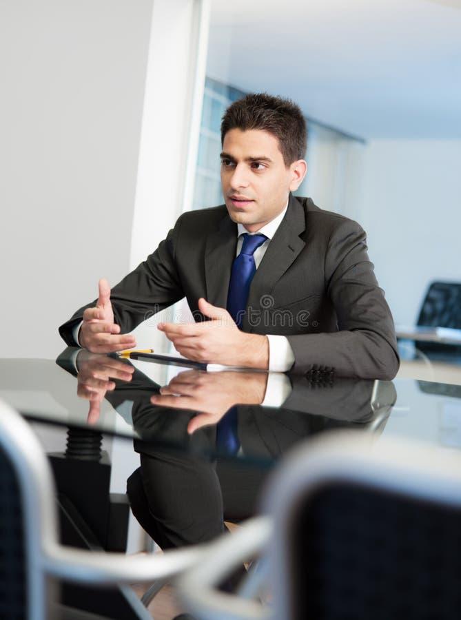 Zakenman in vergaderingsruimte royalty-vrije stock foto