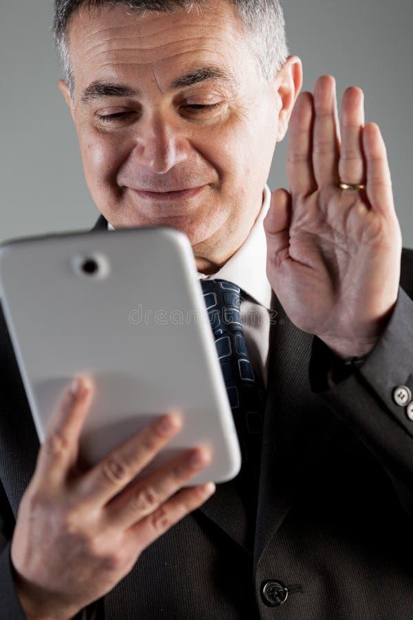 Zakenman videoconfereren op zijn tablet royalty-vrije stock foto