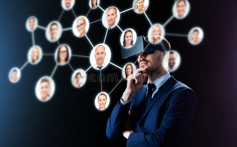 Zakenman in virtuele werkelijkheidshoofdtelefoon over zwarte stock foto