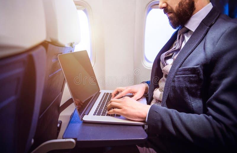 Zakenman in vliegtuig stock afbeeldingen