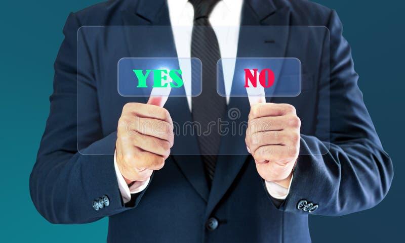 Zakenman wat betreft controle virtuele knoop Het concept economisch besluit kan ja zijn of nr stock afbeeldingen