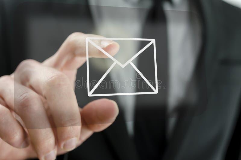 Zakenman wat betreft e-mailpictogram royalty-vrije stock foto's