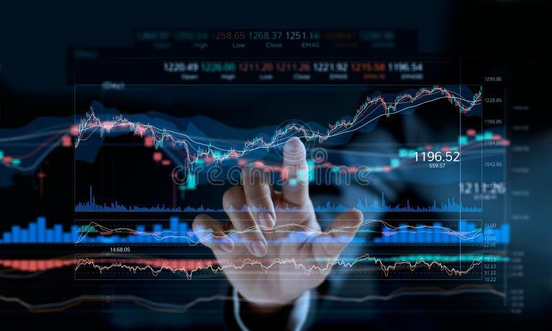Zakenman wat betreft effectenbeursgrafiek op het virtuele scherm stock afbeeldingen