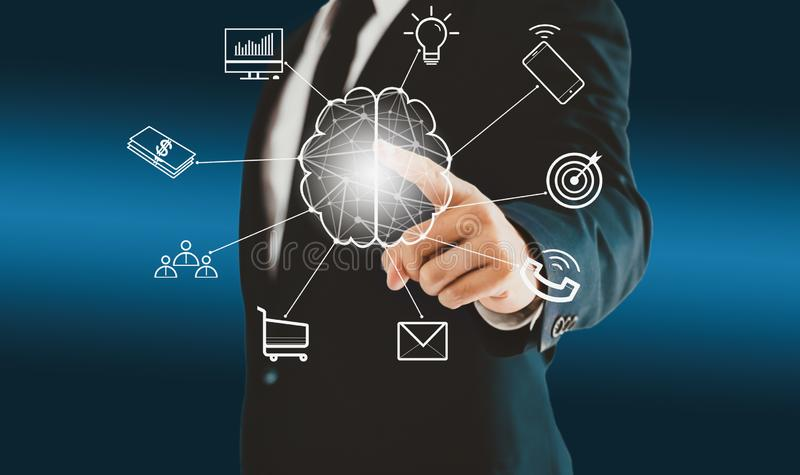 Zakenman wat betreft hersenen virtuele knoop over brainstorming een concept zoals groepswerk, ideeën, plan, en doel stock illustratie