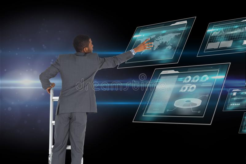 Zakenman wat betreft het scherm van de tabletcomputer vanaf de bovenkant van de ladder tegen ruimteachtergrond stock foto