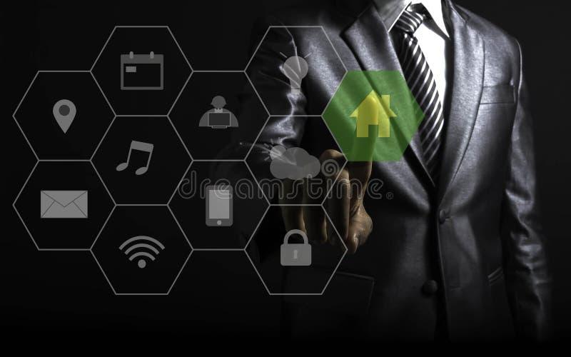 Zakenman wat betreft het slimme concept van de huisautomatisering met pictogrammen die de functionaliteit tonen royalty-vrije illustratie