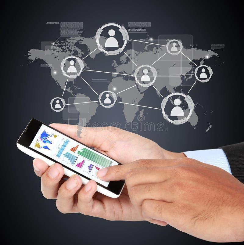 Zakenman wat betreft moderne sociaal met smartphone stock afbeeldingen