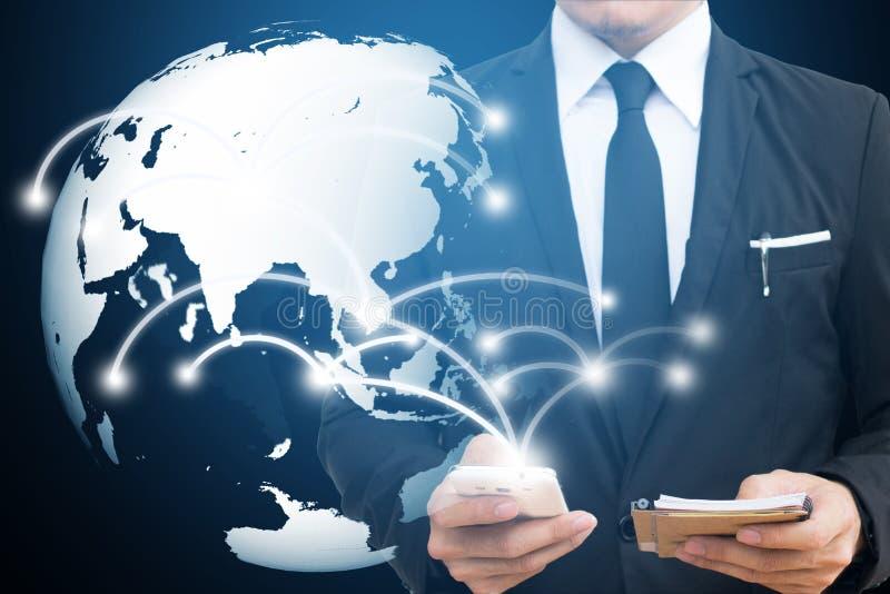 Zakenman wat betreft mondiaal net en mobiele telefoon mededeling en sociale media concepten stock afbeelding