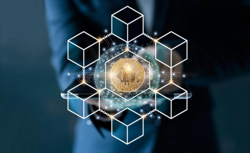 Zakenman wat betreft tablet Bitcoincryptocurrency met de verbinding van het blockchainnetwerk en microschakelingspictogram op glo royalty-vrije stock foto's