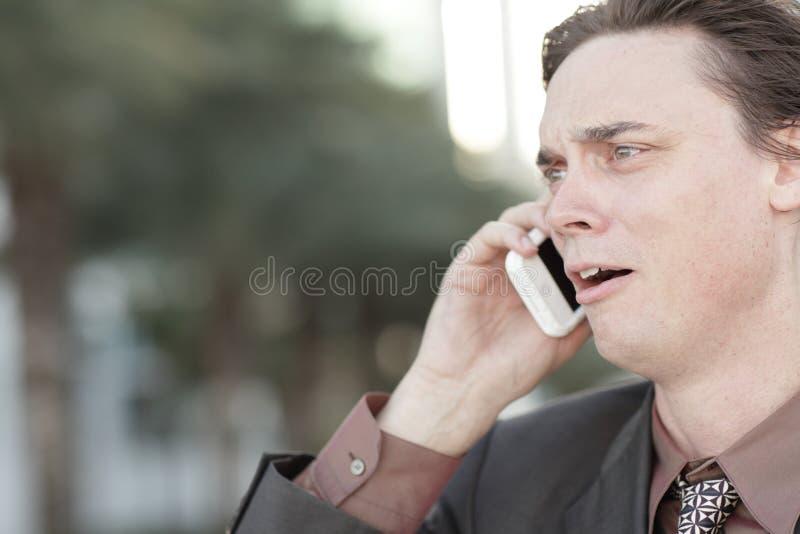 Zakenman wordt die die over de telefoon in brand wordt gestoken stock foto