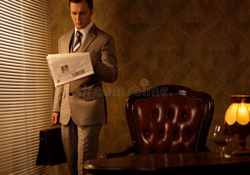 Zakenman in zijn bureau stock afbeeldingen
