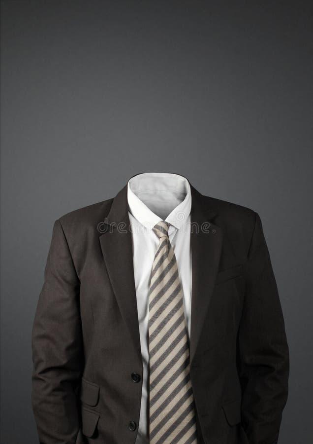 Zakenman zonder hoofd op dark met exemplaar-ruimte stock fotografie