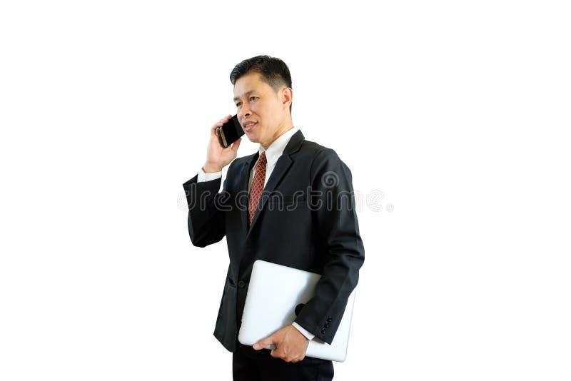 Zakenman in zwart kostuum die telefoon voor contactzaken met behulp van op witte achtergrond met het knippen van weg royalty-vrije stock afbeelding