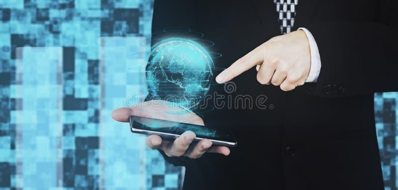 Zakenman in Zwarte Kostuumholding Smartphone ter beschikking terwijl de Ontwerpende Digitale Vinger van Bolhud interface and poin royalty-vrije stock afbeelding