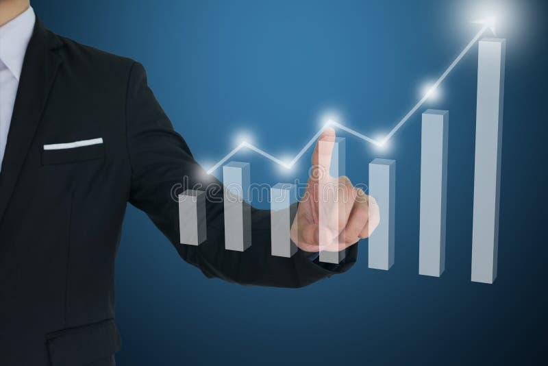 Zakenmanaanraking op het vitual scherm met Financiële grafieken die groeiende opbrengst tonen royalty-vrije stock afbeelding