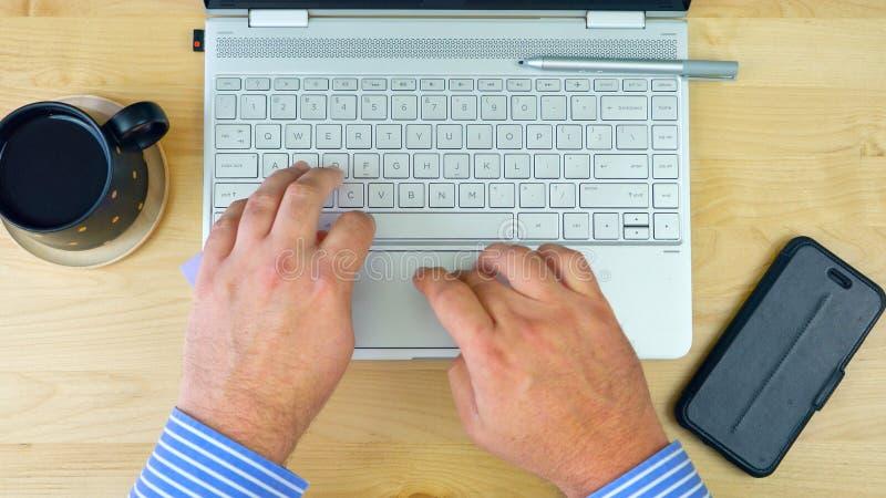 Zakenmanaccountant die bij bureau met de computer van het aanrakingsscherm werken, boven stock fotografie