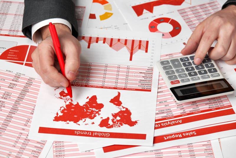 Zakenmanaccountant die calculator voor het berekenen van financiën op bureaubureau gebruiken bedrijfs financiële boekhoudingsconc stock afbeeldingen