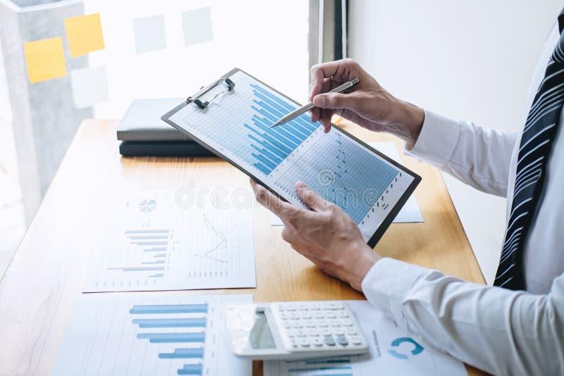 Zakenmanaccountant het werk het analyseren en het berekenen de balansverklaring van het uitgaven financiële jaarlijkse financiële stock fotografie
