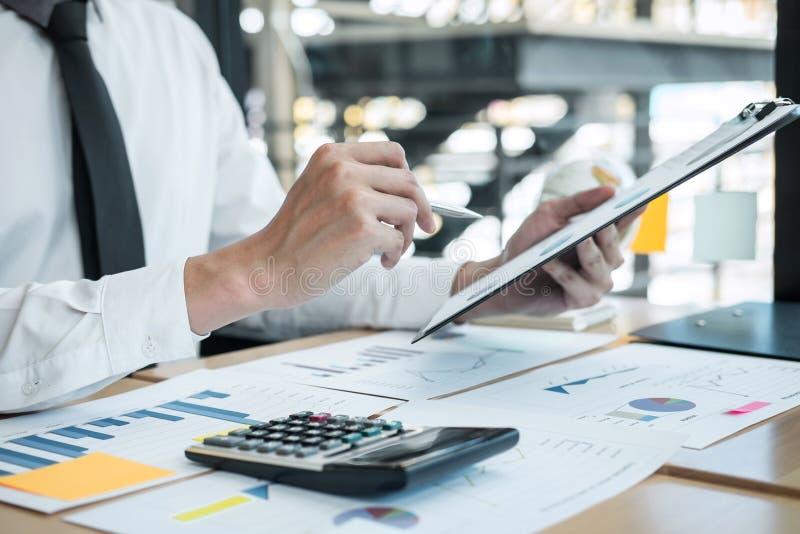 Zakenmanaccountant het werk het analyseren en het berekenen de balansverklaring van het uitgaven financiële jaarlijkse financiële stock afbeelding