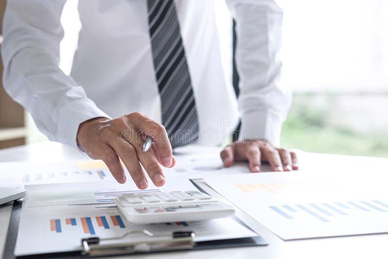 Zakenmanaccountant het werk het analyseren en het berekenen de balansverklaring van het uitgaven jaarlijkse financiële verslag, d stock foto