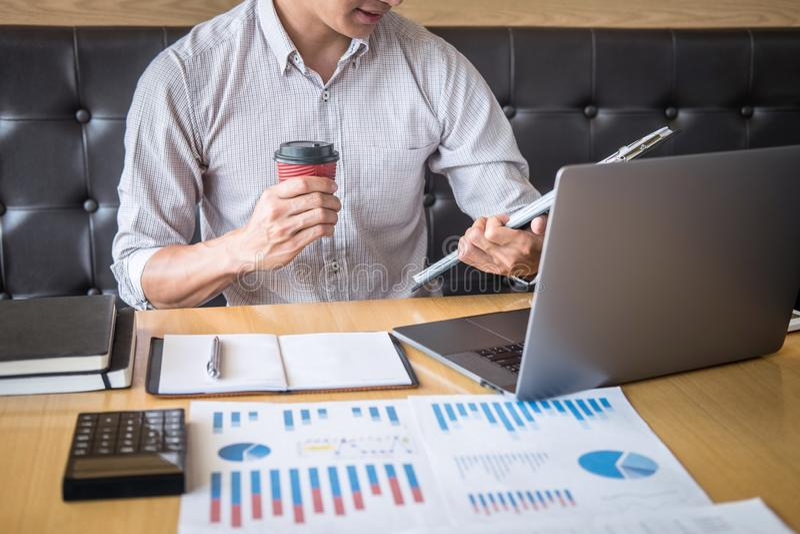 Zakenmanaccountant het werk controle en het berekenen de balansverklaring van het uitgaven financi?le jaarlijkse financi?le versl stock afbeelding