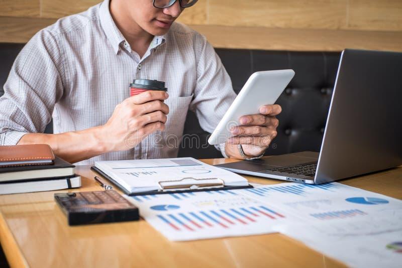 Zakenmanaccountant het werk controle en het berekenen de balansverklaring van het uitgaven financi?le jaarlijkse financi?le versl stock afbeeldingen