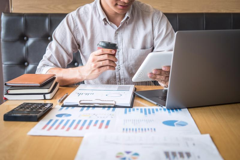 Zakenmanaccountant het werk controle en het berekenen de balansverklaring van het uitgaven financi?le jaarlijkse financi?le versl royalty-vrije stock foto