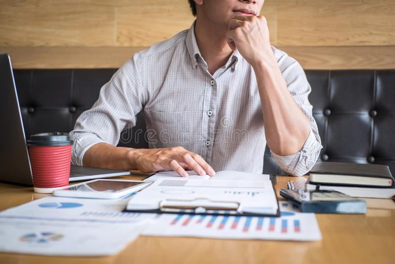 Zakenmanaccountant het werk controle en het berekenen de balansverklaring van het uitgaven financi?le jaarlijkse financi?le versl stock foto